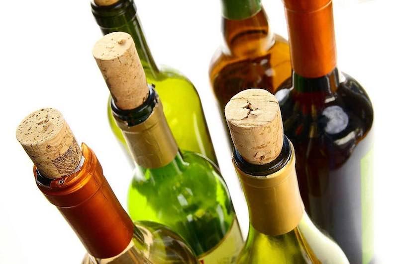 come stappare il vino con l'apri bottiglia elettrico